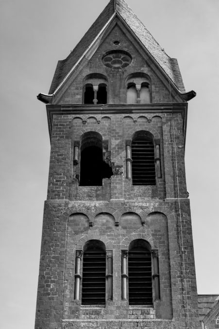 Bröckelnder Kirchturm