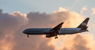 Eine Boeing 767 der Cargo Jet im Anflug auf Runway 32L