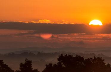 Die Sonne zeigt sich über dem Siebengebirge