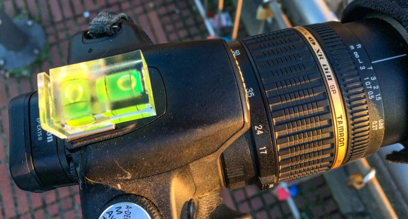 Kamera und Objektiv komplett betaut, die Wasserwaage schon von Reif überzogen